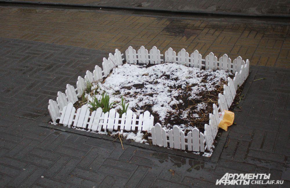 Кому-то помешало ограждение для маленькой клумбы на пешеходной улице Челябинска.