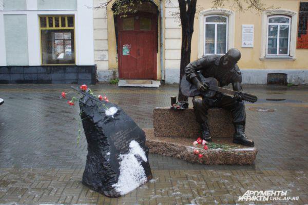 Челябинцы возлагали цветы и к скульптуре Розенбаума с гитарой. Этот памятник на Кировке посвящен российским солдатам, погибшим в Афганистане.