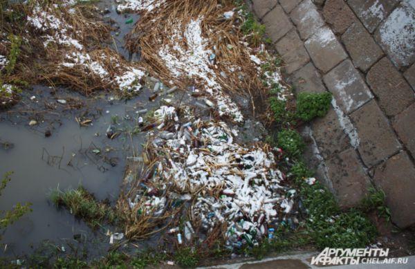 Река Миасс – один из самых загрязнённых водоемов на территории Челябинска. В день праздника он чище не стал, наоборот, «по углам» прибавился с десяток банок и бутылок.