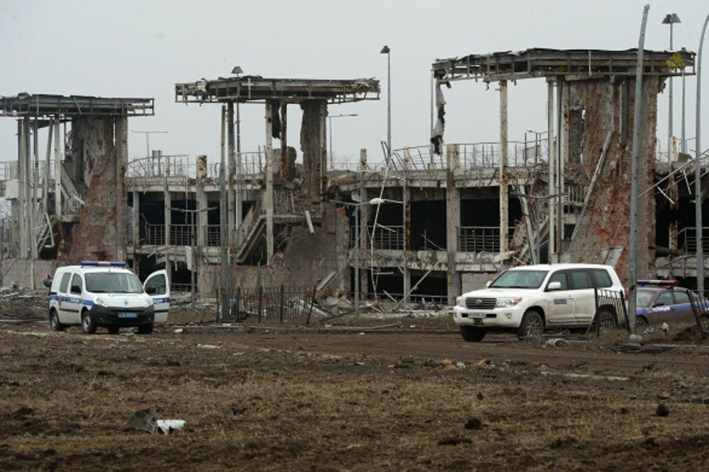 Автомобиль миссии ОБСЕ в аэропорту города Донецка.