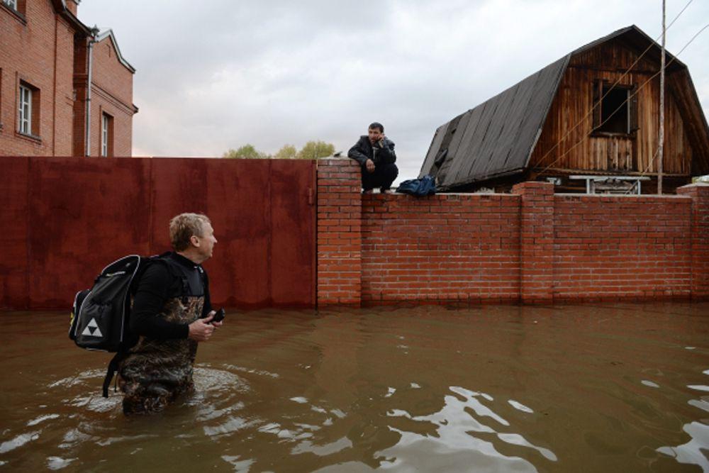 Паводок на главной водной артерии Западной Сибири – реке Обь в Новосибирской области – стал крупнейшим за последние 46 лет, в зоне подтопления оказались около 4 тысяч дачных участков.