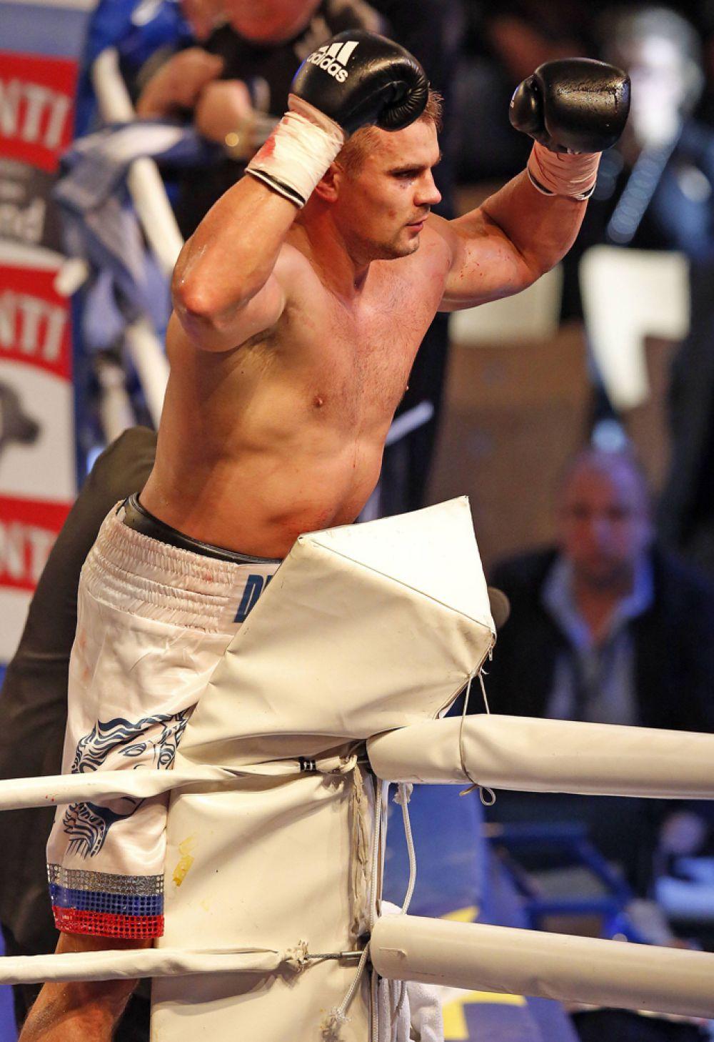 Стоит отметить поединок с Джейсоном Гаверна, когда Денис победил его красивейшим нокаутом. Но уже в бою с Кевином Монти спортсмен получил травму кисти, хотя сам бой ему удалось выиграть. Эта травма оставляет его без бокса целые 10 месяцев. Следующий его бой состоялся в 2010 году против Майкла Шеппарда, Денису удалось закончить бой нокаутом.