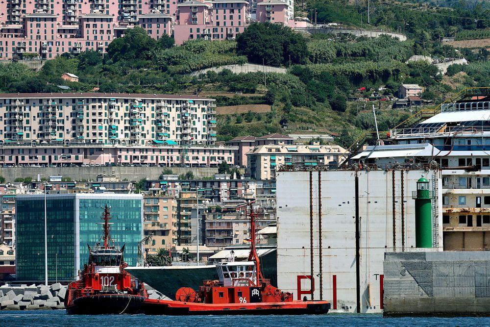 Пострадали более 60 человек. Всего в момент инцидента на лайнере находились более 4000 человек, в том числе 3200 пассажиров и более тысячи членов экипажа.