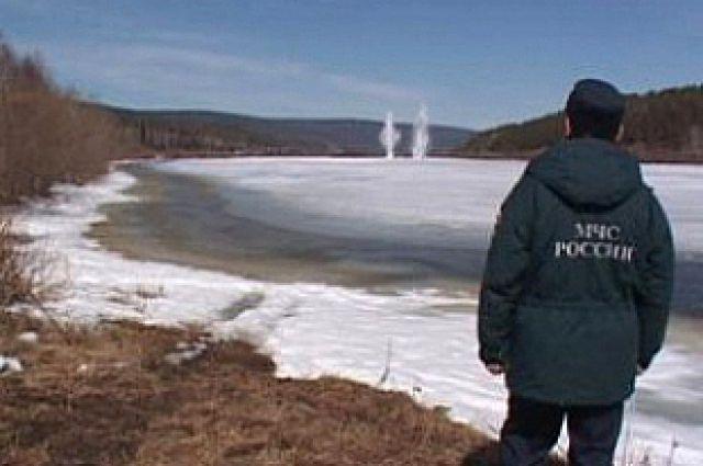 Несмотря на взрывные работы, заторы льда спровоцировали подтопление сел.