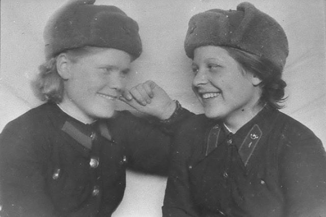 Клавдия Асламова (слева) с фронтовой подругой.