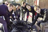 Накануне Дня Победы лукойловцы навели порядок у Вечного огня около памятника Уральскому добровольческому танковому корпусу.