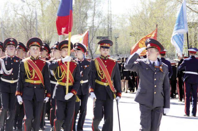 245 ребят прошли по площади ДК им. Кирова.