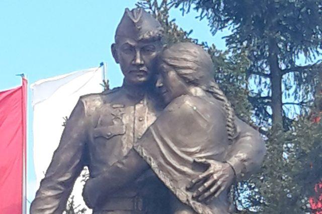Бронзовый памятник изображает встречу вернувшегося с войны солдата.