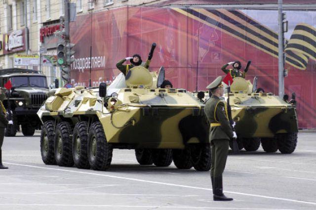 По площади прошли бронетранспортеры, 152-миллиметровая гаубица и реактивные системы залпового огня