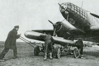 Подготовка самолёта-торпедоносца. 1943 г.