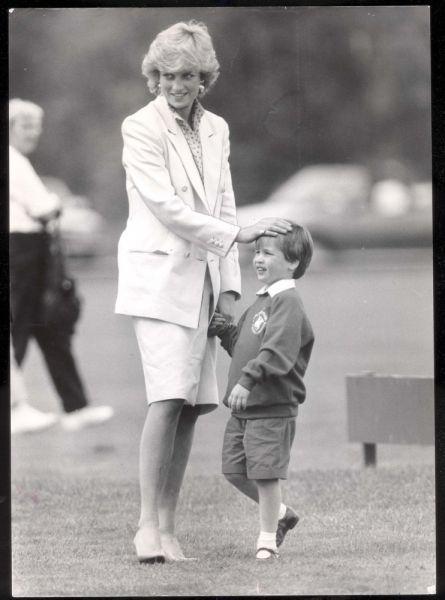 Младший сын принца Чарльза и принцессы Дианы смело может претендовать на звание самого всенародно любимого члена британской королевской семьи. Обаятельный и улыбчивый Гарри пользуется огромной популярностью у девушек, а журналисты любят принца за то, что время от времени он подкидывает им скандальные истории, каких редко дождешься от коронованных особ.