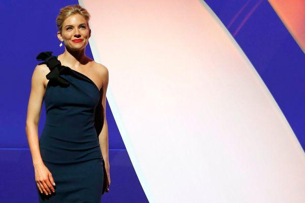 Сиенна Миллер выбрала строгое платье, как и положено члену жюри кинофестиваля.