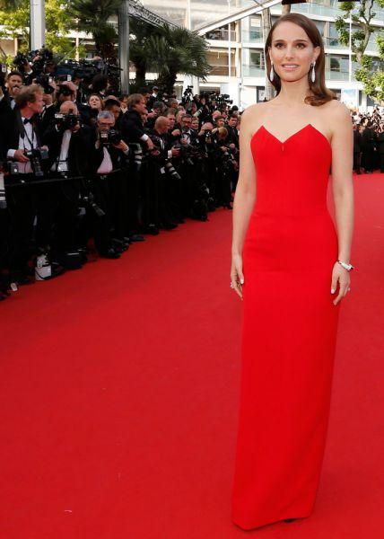 На открытие Каннского кинофестиваля Натали Портман прибыла вместе с супругом Бенджамином Мильпье. Образ актрисы не стал модным откровением, однако ей удалось попасть в список самых стильных звезд вечера благодаря деликатному образу, создать который помогло красное платье-колонна от Dior с необычным геометричным бюстье. Финальным штрихом стали роскошные ювелирные изделия De Grisogono.