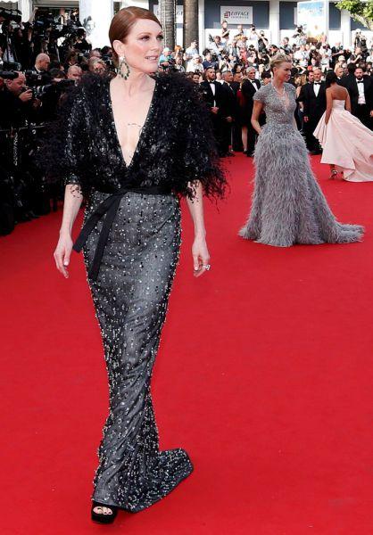 Оскароносная актриса Джулианна Мур на этот раз тоже вошла в число модных фаворитов. Она сделала ставку на богемное платье Armani Privé в излюбленной черной гамме. Наряд был расшит пайетками, что придавало образу торжественности, а также украшен перьями, которые, похоже, стали главным трендом красной дорожки Канн-2015. Несмотря на глубокое V-образное декольте, актриса решила обойтись без колье, зато выбрала крупные серьги с изумрудами.