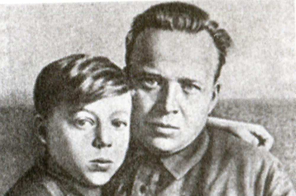 Тимур с отцом Аркадием Гайдаром до войны