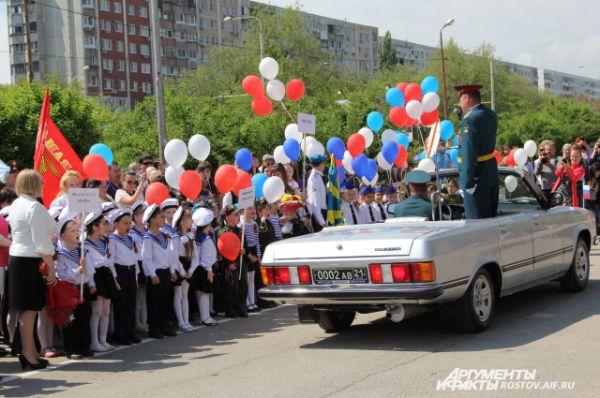 Машина с «главнокомандующим», под торжественный марш, проезжает колонны «военнослужащих».
