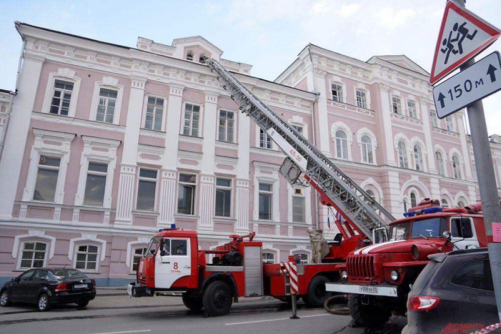 По информации пресс-службы МЧС по Пермскому краю, возгорание началось на 4 этаже под крышей.