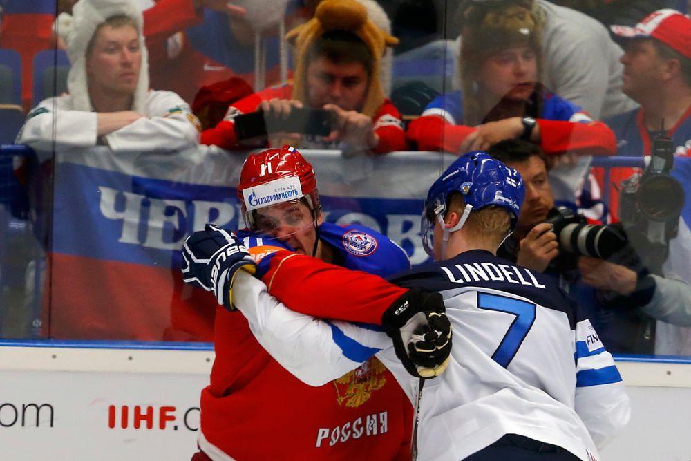 Евгений Малкин во время драки с Эса Линделом из сборной Финляндии.