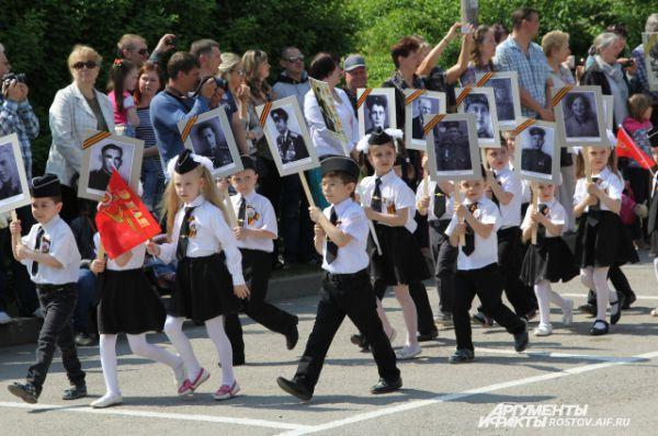 Дети несли портреты своих родственников, участвовавших в ВОВ.