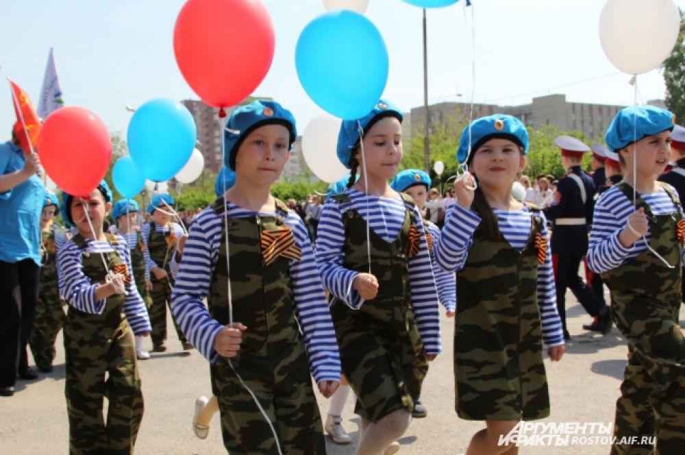 Идёт военный «детский парад».