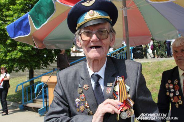 88-летний ветеран войны Александр Малюп впервые присутствует на патриотической акции и откровенно признаётся, что у него мурашки по коже бежали.