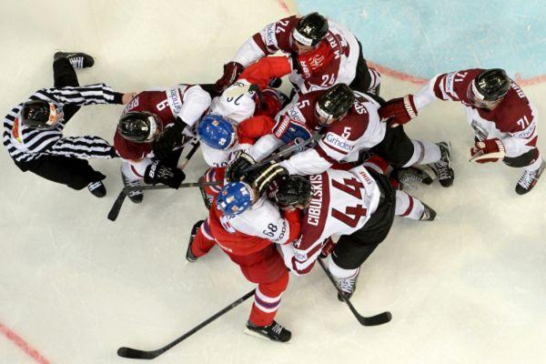 Игроки сборных Латвии и Чехии в матче группового раунда чемпионата мира по хоккею.