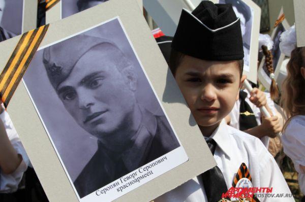 Даниил, 5 лет: «Несу портрет моего прадеда, я его люблю!»