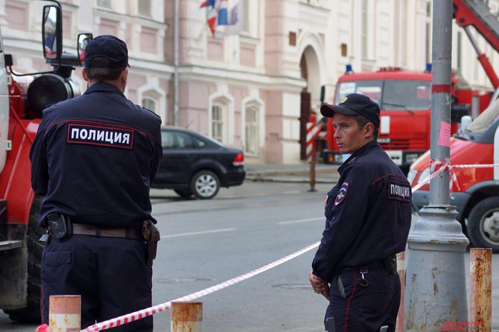 На место происшествия немедленно выехали пожарные.
