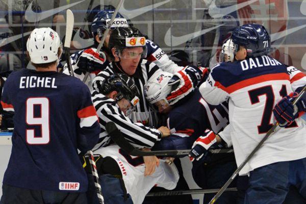Игрок сборной США Джек Эйчел и игрок сборной Словакии Марек Дялога.