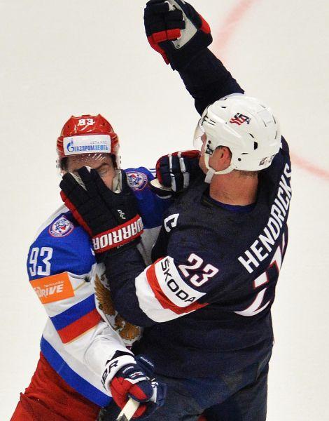 Игрок сборной России Виктор Антипин и игрок сборной США Мэтт Хендрикс.