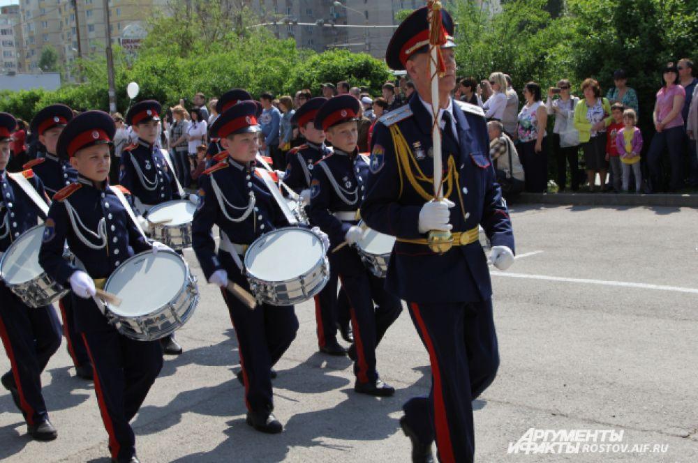 Сопровождает торжественное действо военный оркестр штаба Южного Военного округа.