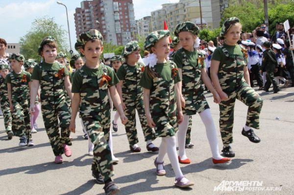 Воспитанники детского сада №20 представляют гвардейских разведчиков, детский сад «Теремок» - батальон охраны штаба, детский сад «Ласточка» - воздушно-десантные войска,  «Ладушка» - подводный флот России.