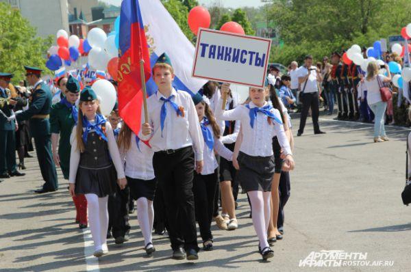 Каждое «подразделение» парадного расчета продемонстрировало своё знамя, девиз, песню и прошли торжественным маршем.