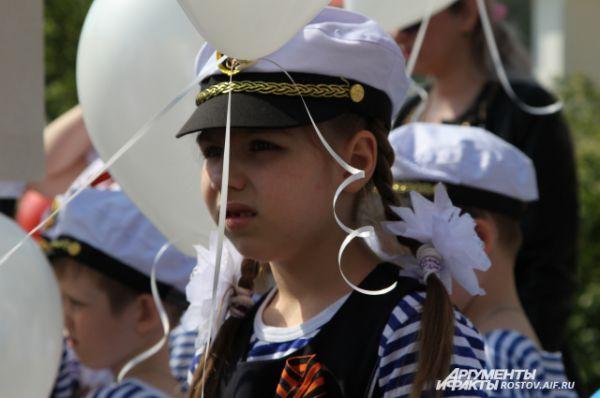 Каждый ребёнок в руках держал воздушные шары, под цвет флага России.