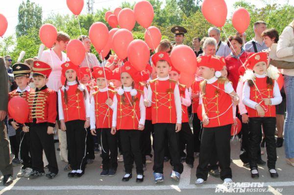 Улица Таганрогская перед Гарнизонным домом офицеров в Ростове-на-Дону уже шестой год подряд в мае превращается в символическую парадную площадь, плац.