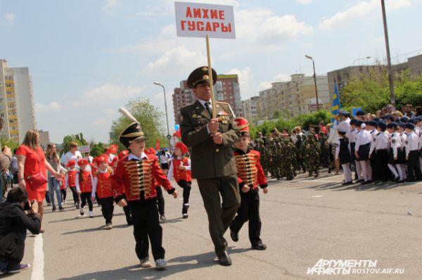 Как и положено на настоящем военном параде, диктор в репродукторы рассказывает о каждой роте. «Это идут - будущие генералы России!» -  говорит ведущий.