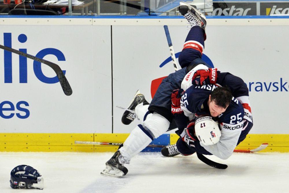 Игрок сборной США Джон Мур и игрок сборной Словакии Марек Веденски.