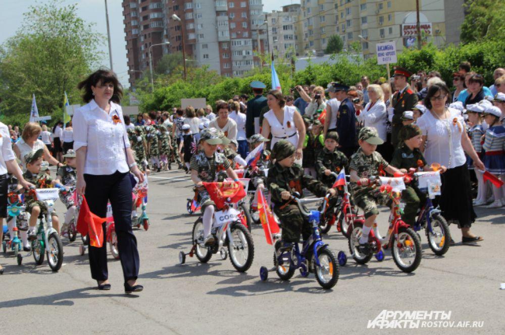Открывает парад моторизованная колонна детсадовской техники.