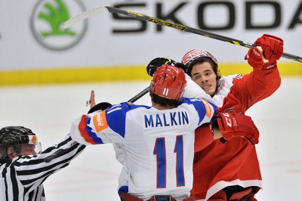 Евгений Малкин и игрок сборной Дании Оливер Лауридсен.