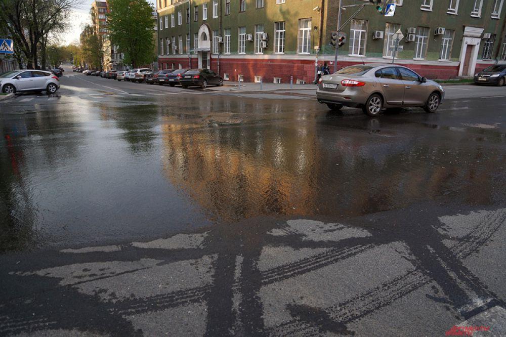 Вода из гидрантов разлилась по соседним улицам.