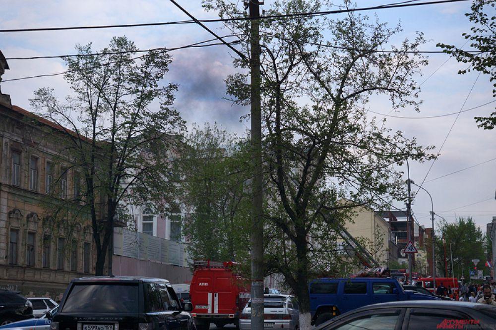 Во дворе был создан штаб пожаротушения, также организованы звенья газодымозащитников для проверки помещений на наличие людей.