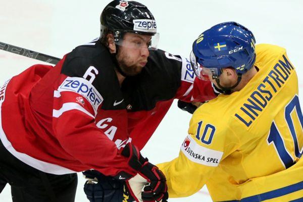 Игрок сборной Канады Джейк Маззин и игрок сборной Швеции Юаким Линдстрем.