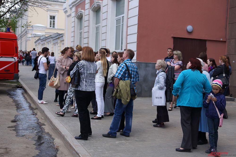 Из корпуса эвакуировали 220 человек.