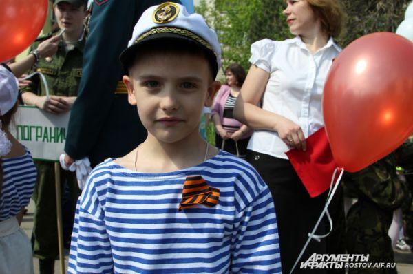 Александр, 6 лет: «Форму моряка надел, чтобы быть на них похожим, моряки – на корабле, они пушками стреляют!»