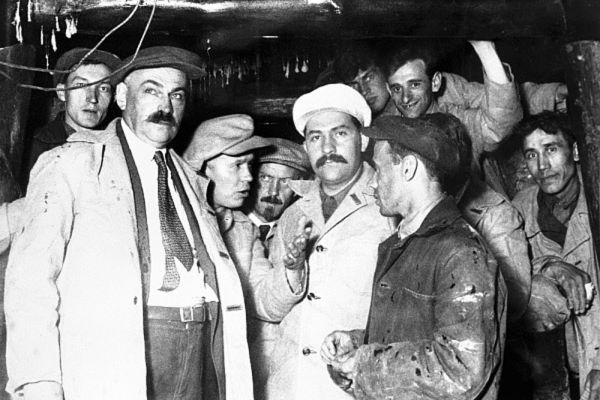 Никита Хрущев (третий слева) и нарком путей сообщения Лазарь Каганович (в центре) со строителями московского метрополитена. 1935 год.