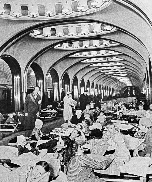 Великая Отечественная война. Женщины и дети во время бомбардировки скрываются на станции метро «Маяковская». 1941 год.