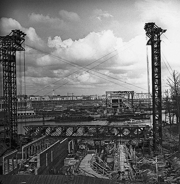 Строительство станции Сокольнической линии московского метрополитена «Ленинские горы» (ныне «Воробьевы горы») в 1958 году.