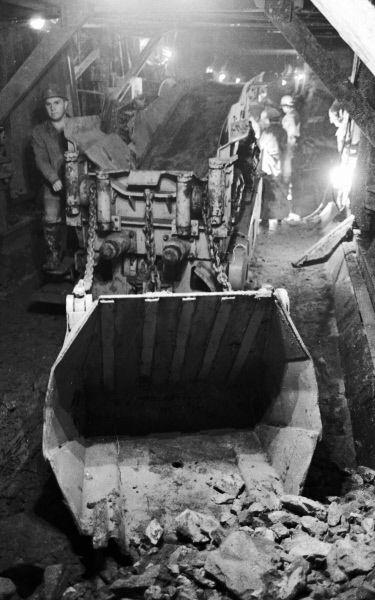 Погрузчик работает на проходке тоннеля метро. 1982 год.