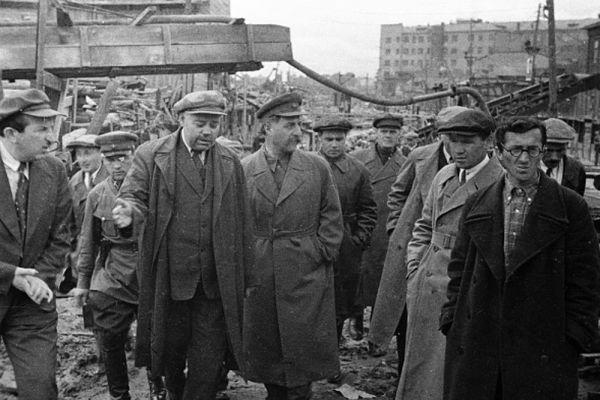 Серго Орджоникидзе (в центре справа) на строительстве первой очереди метрополитена. 1933 год.