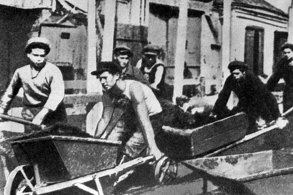 Рабочие везут тачки на строительстве Московского метро. 1931 год.